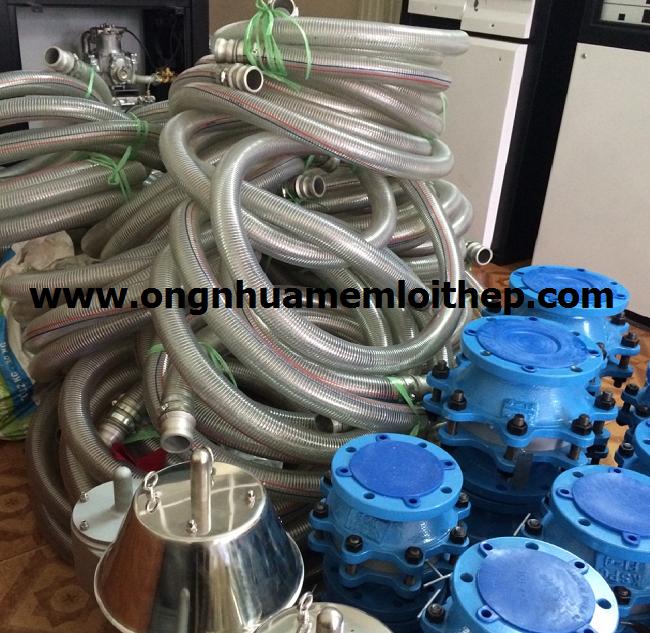 Ống nhựa mềm lõi thép phi 50 sử dụng bơm xăng dầu